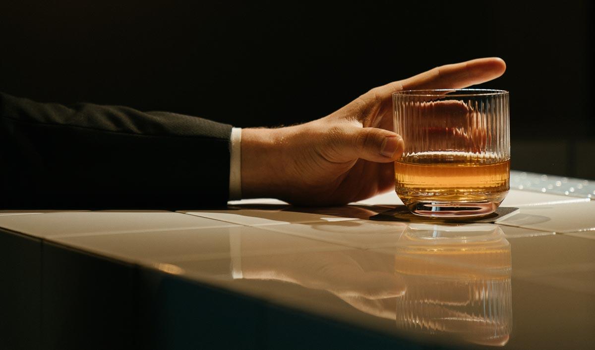 Klassischerweise wird Whisky ohne Eis in einem Tumbler-Glas serviert
