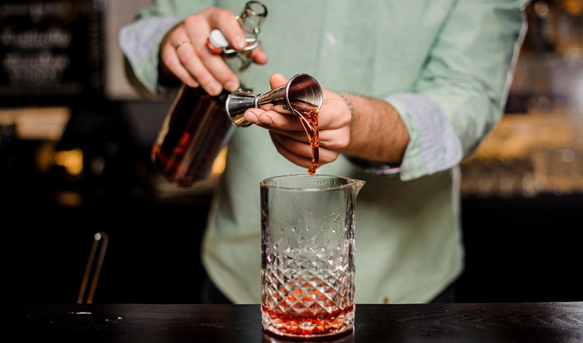 Barkeeper*innen weltweit nutzen sogenannte Jigger, um 2 cl einfach abzumessen.