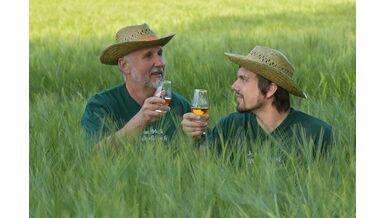 Wolfgang und Tobias Fessler im Getreidefeld gegenüber der Fessler Mühle