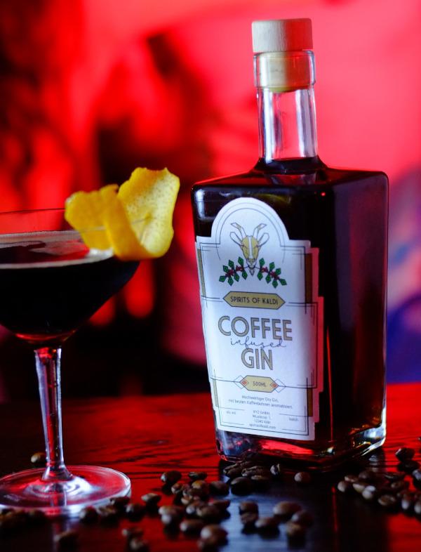 Der Coffee Gin zeigt erst Zitrus und Wacholder, dann eine kräftige Espressonote. Ein Tipp der Hersteller: Coffee Gin Tonic