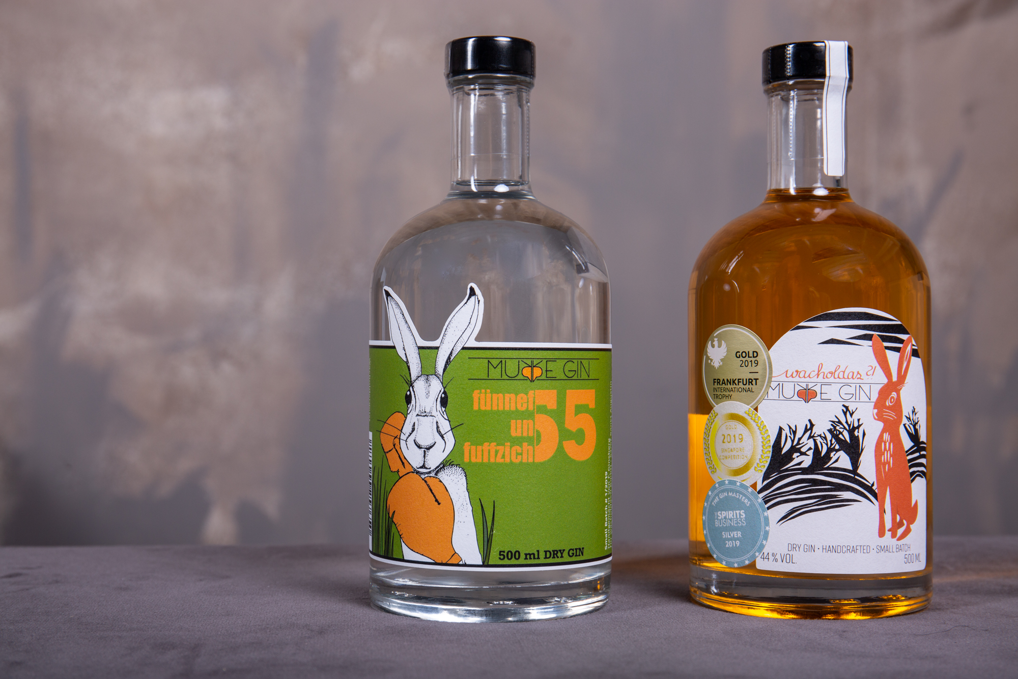 Murre Gin neben dem Fünnefunfuffzich - dank der 55% Alkohol ist der Fünnefunfuffzich präsenter in Cocktails und bringt seine Botanicals auch beim puren Genuss stärker hervor
