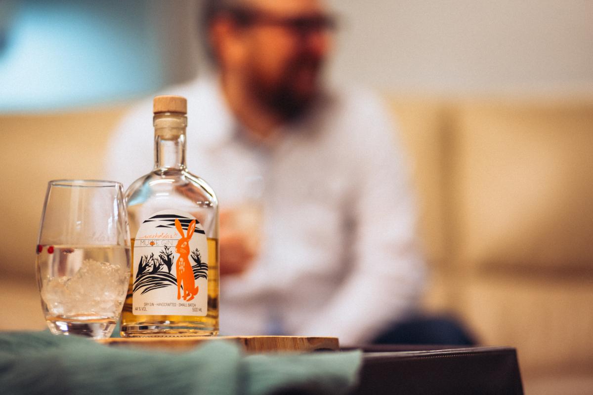 Der Murre Gin mit einem seiner Schöpfer im Hintergrund