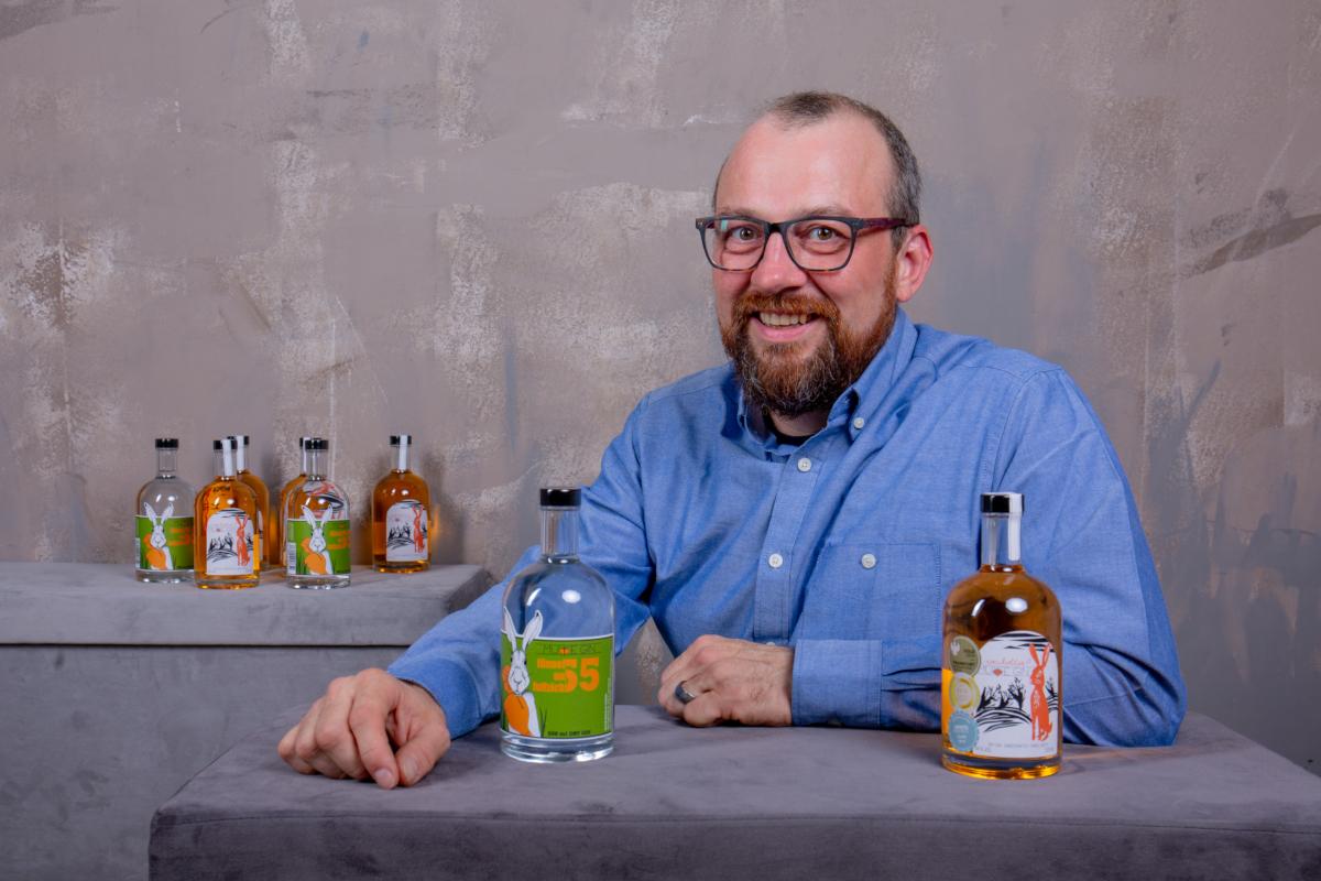 Ralph mit Fünnefunfuffzich und dem mit Awards geschmückten Murre Gin