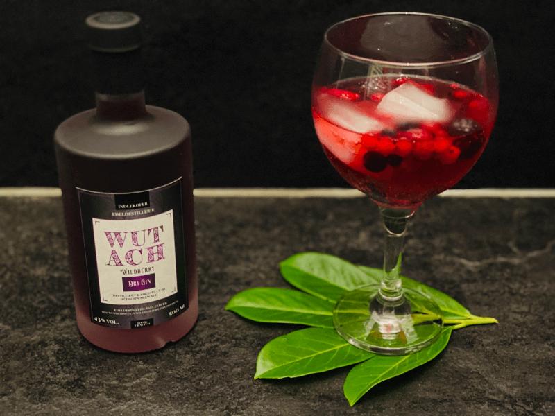 WUTACH Wildberry Dry Gin basiert auf dem London Dry Gin und erhält durch die Zugabe von Wildbeeren wie Johannisbeer, Himbeer, Brombeer und Heidelbeer einen natürlichen süßlich-fruchtigen Geschmack
